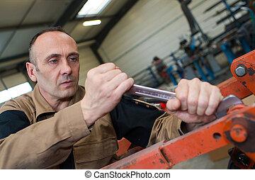 técnico, en, fábrica, en, máquina, mantenimiento, trabajando, con, llave inglesa
