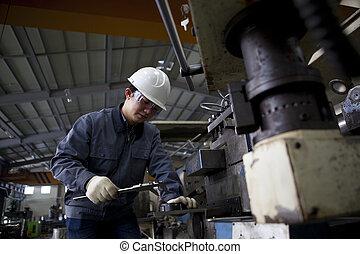 técnico, medindo, detalhe, mecânico