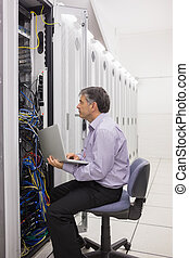 técnico, verificar, el, servidor, con, el suyo, computador portatil