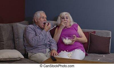 télé regarde, personne agee, sofa, film horreur, couple, tenue, séance, pop-corn, exposition, vieux, salle, effrayé, vivant
