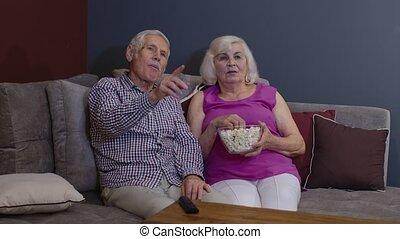 télé regarde, personne agee, sofa, manger, couple, film, pop-corn, salle de séjour, maison, apprécier