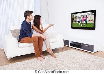 télé vivre, couple, salle, regarder