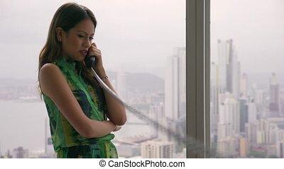 téléphone, 1, jeune, latina, femme affaires, moderne, bureau, câble