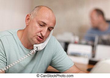 téléphone bureau, homme affaires, conversation