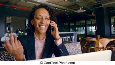 téléphone bureau, mobile, femme affaires, conversation, 4k, cafétéria