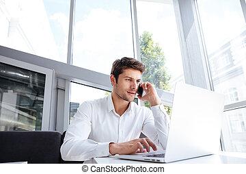 téléphone bureau, ordinateur portable, cellule, conversation, homme affaires, utilisation
