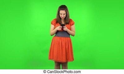 téléphone., colère, girl, texting, vert, mignon, écran, elle