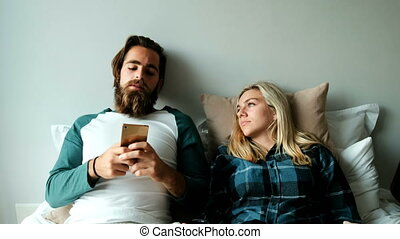 téléphone, couple, maison, mobile, utilisation, 4k, lit