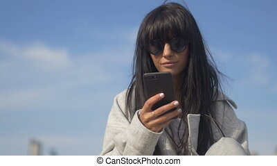téléphone, dehors, jeune, femme