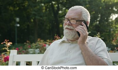 téléphone, dehors, vieil homme, conversation