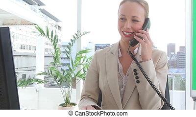 téléphone, elle, femme affaires, pourparlers, heureux