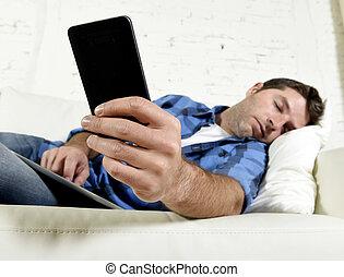 téléphone, endormi, tomber, tampon, séduisant, numérique, maison, surmené, divan, fatigué, mobile, jeune, tablette