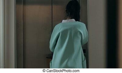 téléphone, entrer, femme, ascenseur, conversation