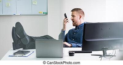 téléphone, fâché, crier, homme