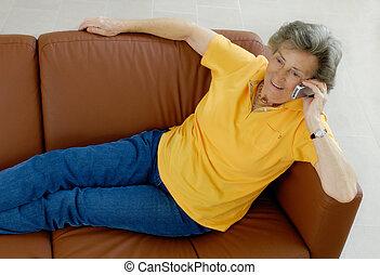 téléphone, femme aînée, divan