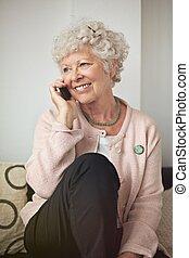 téléphone, femme aînée, heureux