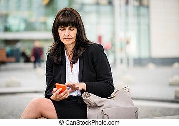téléphone, femme aînée, rue, business