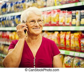 téléphone, femme aînée, supermarché