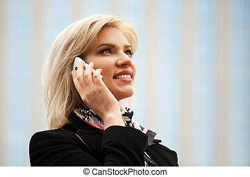 téléphone, femme heureuse, jeune, appeler