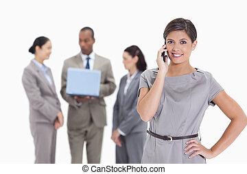 téléphone, femme souriante, collègues, fond