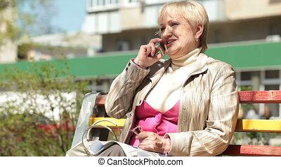 téléphone, femme souriante, personne agee