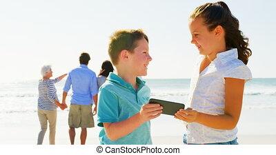 téléphone, frères soeurs, mobile, tenue, caucasien, ensoleillé, plage, jour, 4k