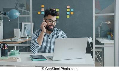 téléphone, habillement, travail, utilisation, désinvolte, arabe, mobile, ordinateur portable, homme affaires, lunettes, conversation