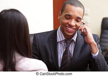 téléphone, homme affaires, heureux, bureau, african-american
