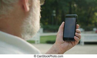 téléphone, homme, vieux, utilisation, dehors