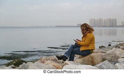 téléphone, intelligent, côté, séance, femme, mer, utilisation