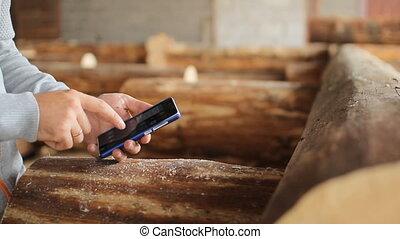 téléphone, jeune, sylviculture, toucher, bois, devant, ingénieur, homme