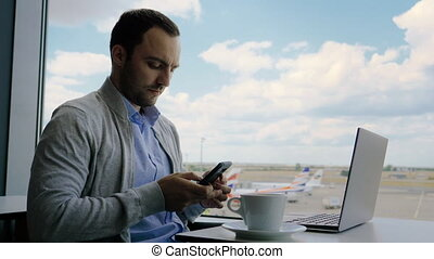 téléphone, lounge., homme affaires, sien, aéroport, vérification, quoique, ordinateur portable, fonctionnement, attente