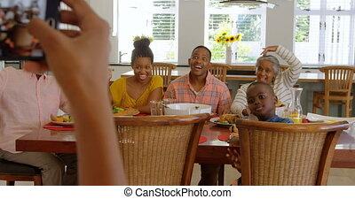 téléphone maison, mobile, cliqueter, course, famille multi-génération, photo, 4k, mélangé, heureux