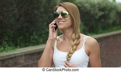 téléphone, marche, femme parler