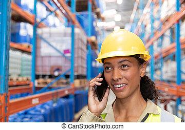téléphone, mobile, conversation, femme, ouvrier, entrepôt