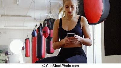 téléphone, mobile, femme, utilisation, boxeur, 4k, fitness, studio