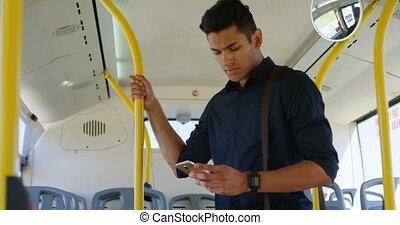 téléphone, mobile, utilisation, autobus, homme, 4k