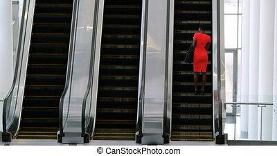 téléphone, mobile, utilisation, escalator, femme affaires, 4k