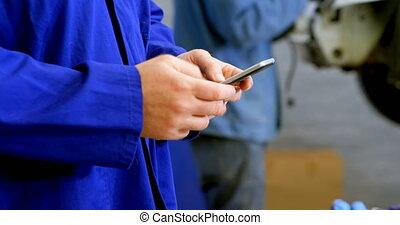 téléphone, mobile, utilisation, mécanicien, 4k, garage