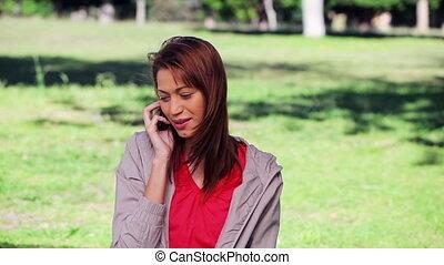 téléphone, mobile, utilisation, sourire, brunette, femme