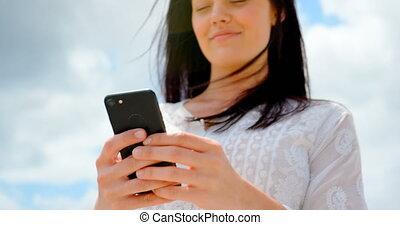 téléphone, mobile, vue, utilisation, bas, caucasien, 4k, femme, jeune, angle, plage