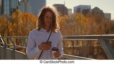 téléphone, mobile, vue, utilisation, caucasien, homme, 4k, pont, devant, jeune