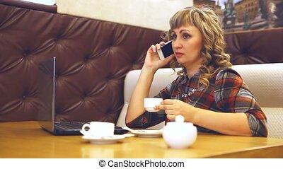 téléphone, moyenne, fonctionnement, âge, style de vie, huileux, femme, ordinateur portable, café, épais
