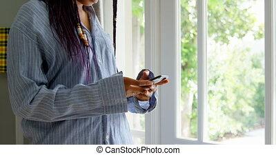 téléphone, noir, debout, maison, côté, mobile, confortable, vue, conversation, 4k, femme, jeune
