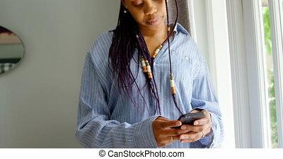 téléphone, noir, debout, maison, mobile, confortable, vue, utilisation, 4k, femme, devant, jeune