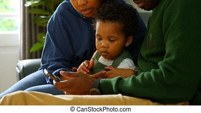 téléphone, noir, maison, côté, mobile, confortable, vue, divan, utilisation, 4k, jeune famille, séance