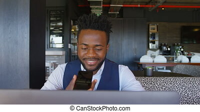 téléphone, noir, ordinateur portable, mobile, vue, conversation, homme affaires, 4k, bureau, moderne, devant, jeune