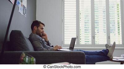 téléphone, ordinateur portable, mobile, conversation, quoique, mâle, utilisation, cadre, 4k, bureau, moderne