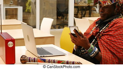 téléphone, ordinateur portable, mobile, utilisation, tribal, homme, 4k