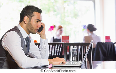 téléphone, ordinateur portable, utilisation, homme affaires, appeler, homme, sérieux